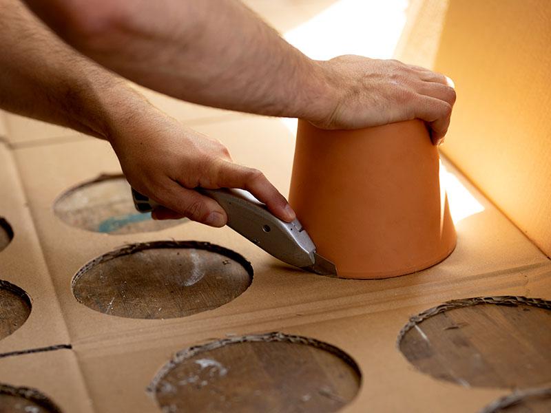 heimwerken kleben basteln bauen diy uhu kleber lampe aus karton ausschneiden cutter