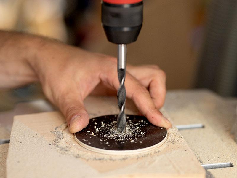 heimwerken kleben basteln bauen diy uhu kleber lampe aus karton bohren